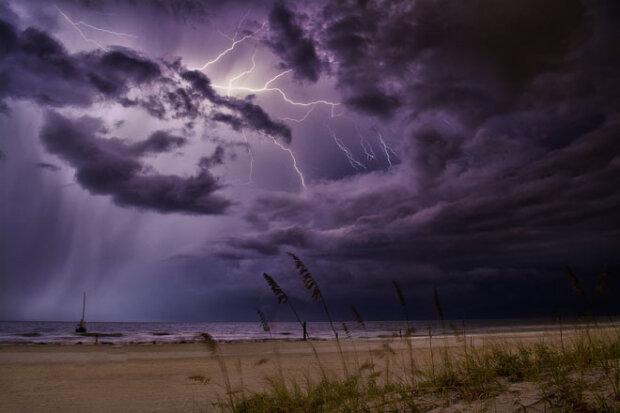 Дожди с грозами и ураганный ветер: ГСЧС дала штормовое предупреждение
