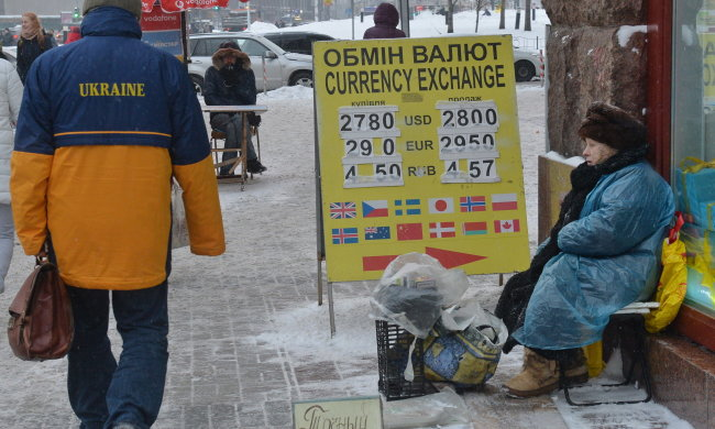 Гривна продолжает падение, Нацбанк не в силах остановить крах: что ждет украинцев в ближайшем будущем?