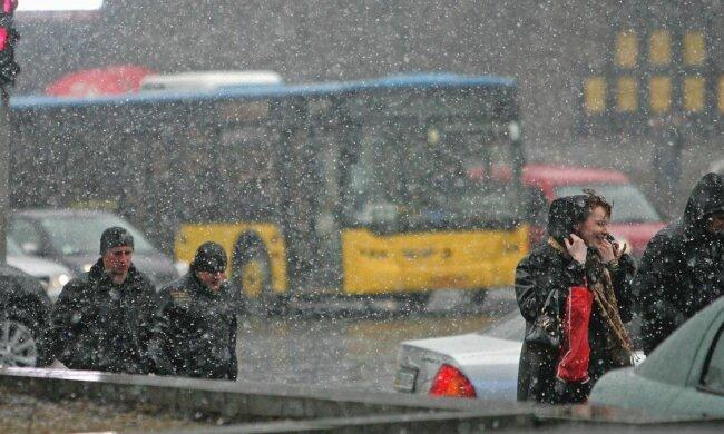 Неслыханные снегопады заметут Украину: синоптики просят сидеть дома