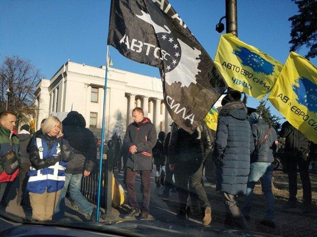 Евробляхеры поколотили депутата под Радой: подробности