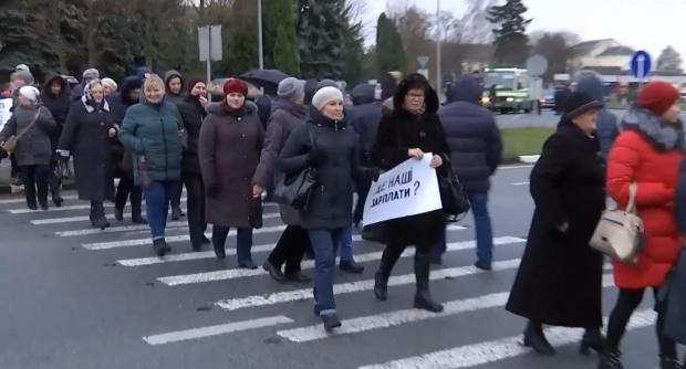 700 грн на 3 месяца: живите как хотите. Медики перекрыли трассу Киев-Чоп из-за долгов по зарплате