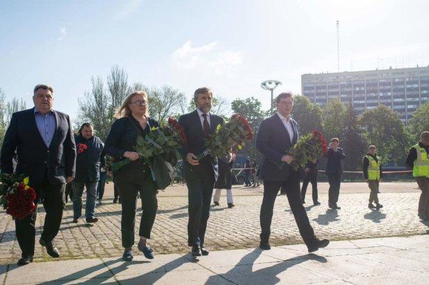 Вадим Новинский вместе с единомышленниками возложили цветы возле дома Профсоюзов в память о погибших 2 мая 2014 года