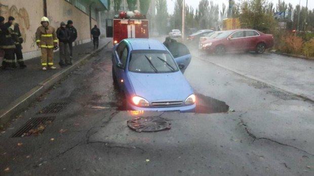 В Киеве под машиной разверзлась земля (фото)