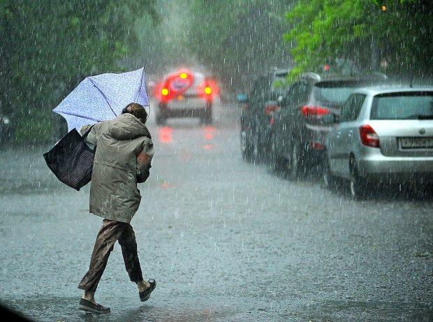 Дожди и грозы люто ударят по Украине: выйти на улицу не получится, о лете можно забыть