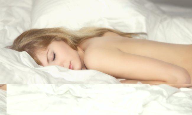 Спать раздетыми оказалось очень полезно. Эксперты рассказали что это даст