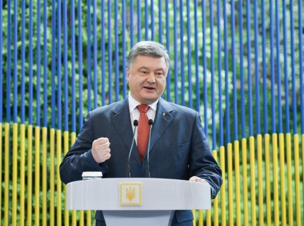 Безвиз головного мозга: Порошенко по ошибке заявил о дружбе с еще одной страной, украинцы возвращают билеты