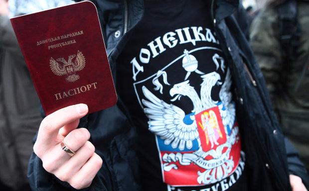 На Донбассе устроили давку в очереди за паспортами РФ: в борьбе за путинские подачки люди готовы придушить друг друга
