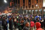 В столице неспокойно: протестующие заблокировали парламент, полиция не справляется