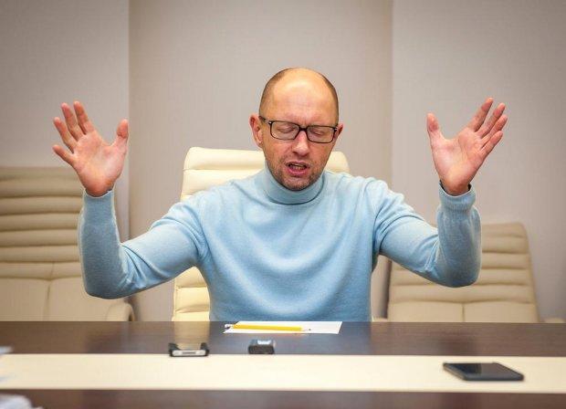 """Украинцы жестко высмеяли бывшего премьера Яценюка за необычным занятием: """"жук-навозник"""""""