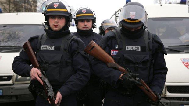 Поход в банк обернулся захватом заложников и угрозой взорвать здание, полиция готова идти на штурм