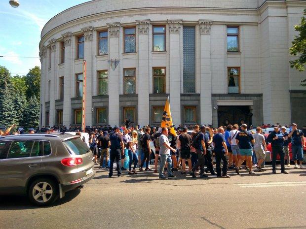 Прямо сейчас под Верховной Радой собираются люди! Посмотрите, что там творится, видео