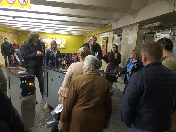 ЧП в киевском метро: люди в панике выбегают на улицу, повсюду крики и хаос, первые подробности