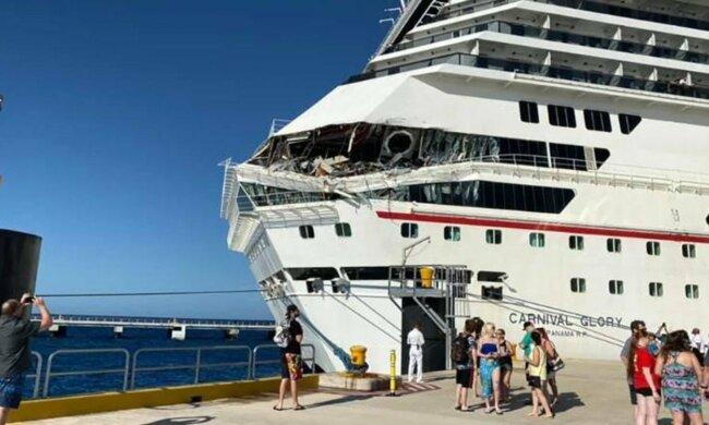 ЧП в Карибском море: круизные лайнеры не смогли разойтись у причала, есть пострадавшие