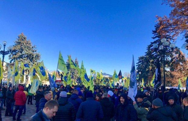 Евробляхеры окружили Верховную Раду, назревает бунт, дороги заблокированы