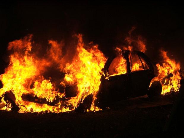 Это уже перешло все грани: активисту сожгли машину после встречи с Порошенко