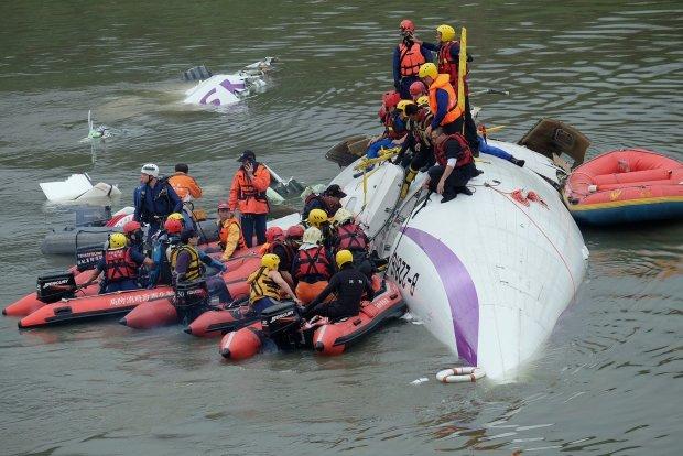 Пассажирский самолет разбился во время рейса, на борту были сотни людей: первый подробности
