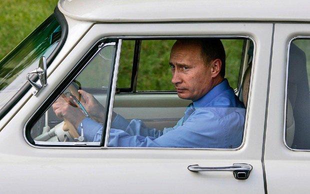 """Путина """"швырнули"""" на автомобиль прямо на мойке: машина """"просто исчезла"""", в сети заливаются хохотом"""