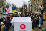 Ситуация под НБУ накаляется: украинцы принесли гильотину и свиную голову, выдвинуты требования