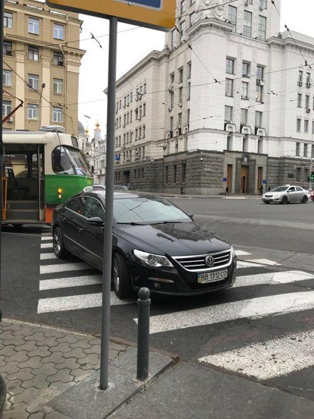 В Харькове водитель Volkswagen припарковался на «зебре», чтобы выйти поближе к кафе