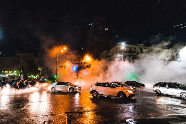 Холода только наступили, а трубы уже вовсю лопаются, да еще и как! В центре Киева от потока кипятка провалился асфальт, под землю ушли авто, водитель чуть не сварился заживо (фото)