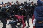Аэропорт Барселоны превратился в поле боя: тысячи митингующих вышли против силовиков, есть раненые