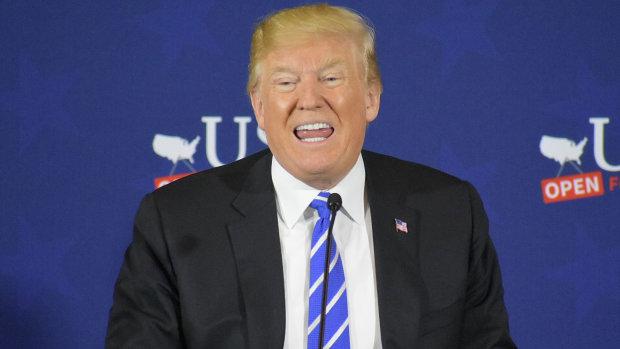 Носки с челкой Трампа: чиновник креативно встретил президента США, над этим смеется весь мир, видео
