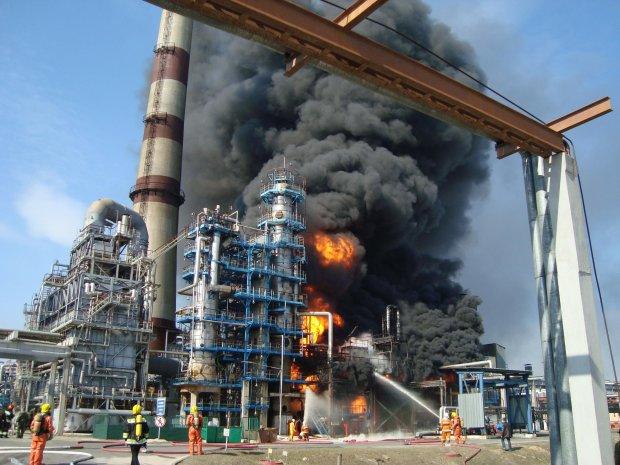 Вот-вот рванет: под Москвой полыхает нефтеперерабатывающий завод, спасатели не справляются