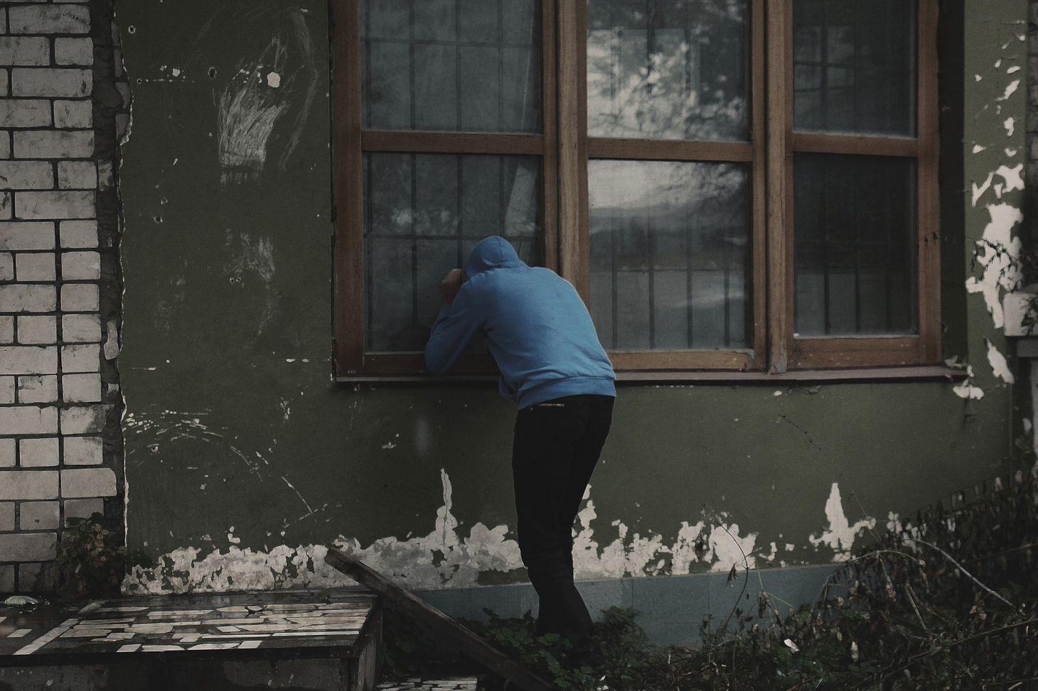 Подглядел в окно за девушкой 13
